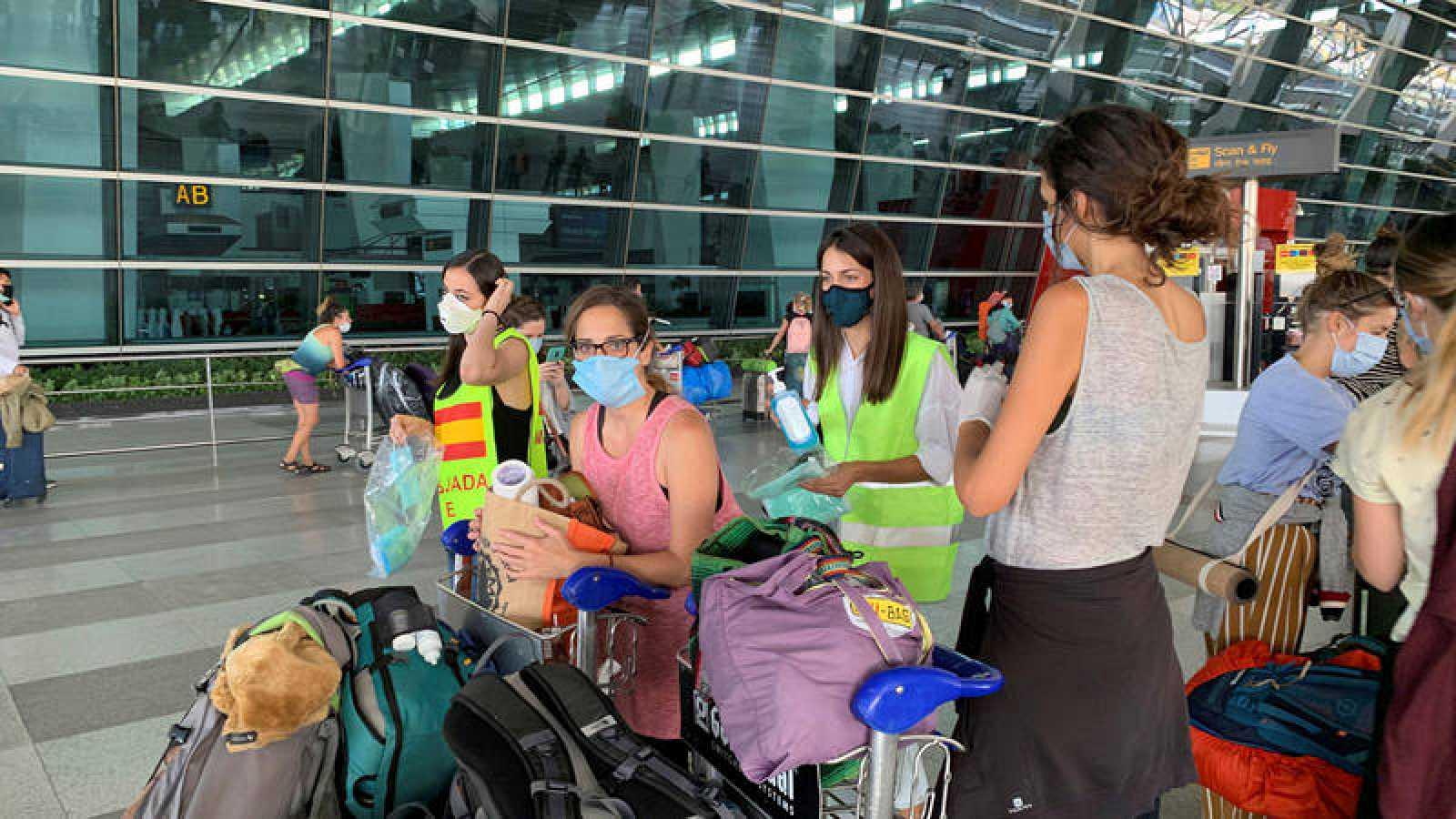 Españoles antes de embarcar en el aeropuerto de Nueva Delhi