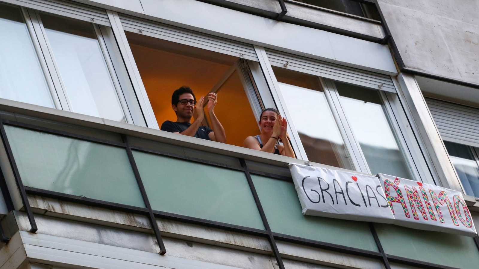 Un pareja confinada en Madrid aplaude desde su balcón a los trabajadores del hospital de La Princesa
