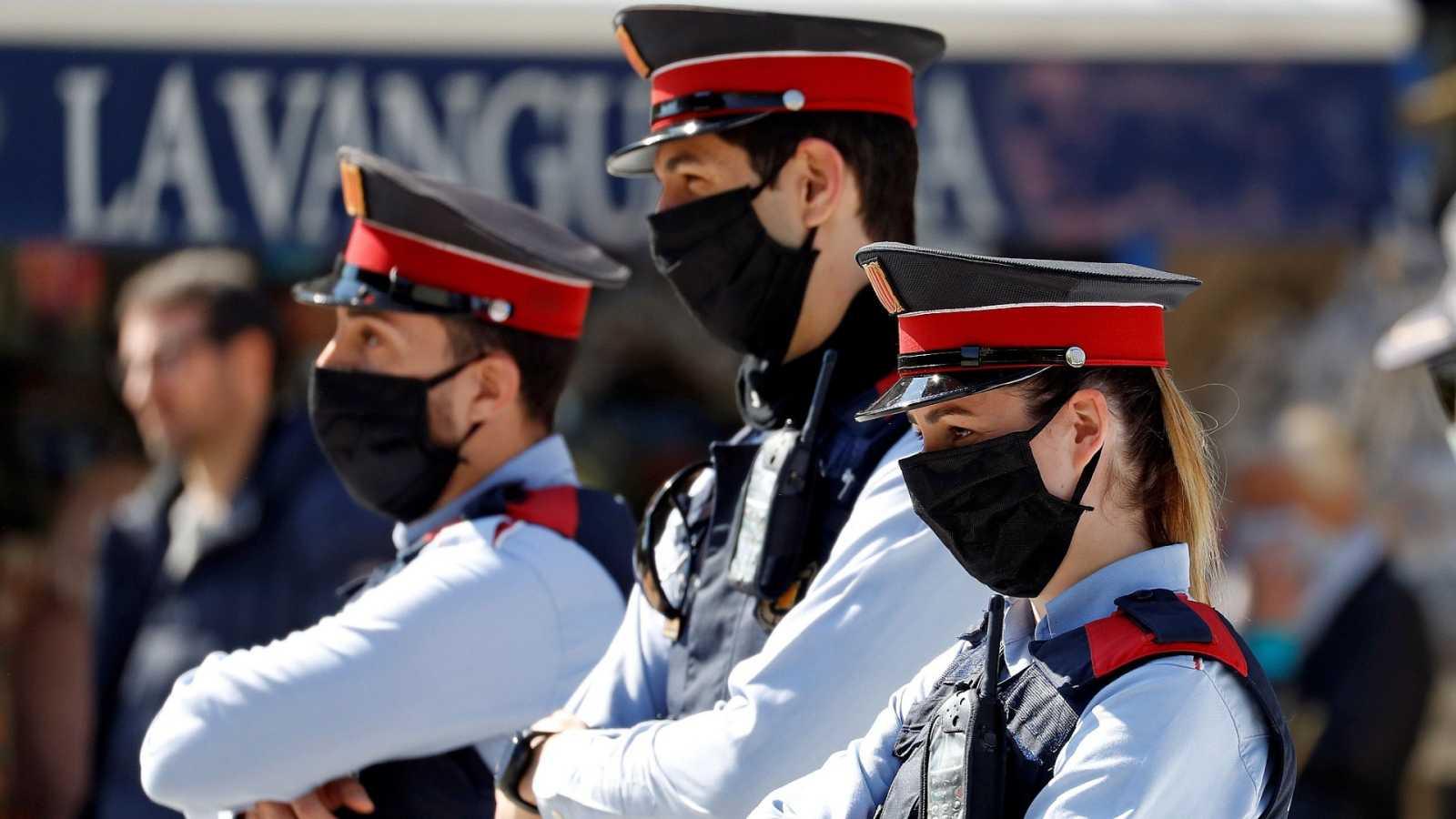Tres miembros de los Mossos d'Esquadra en el barrio de Sant Antoni