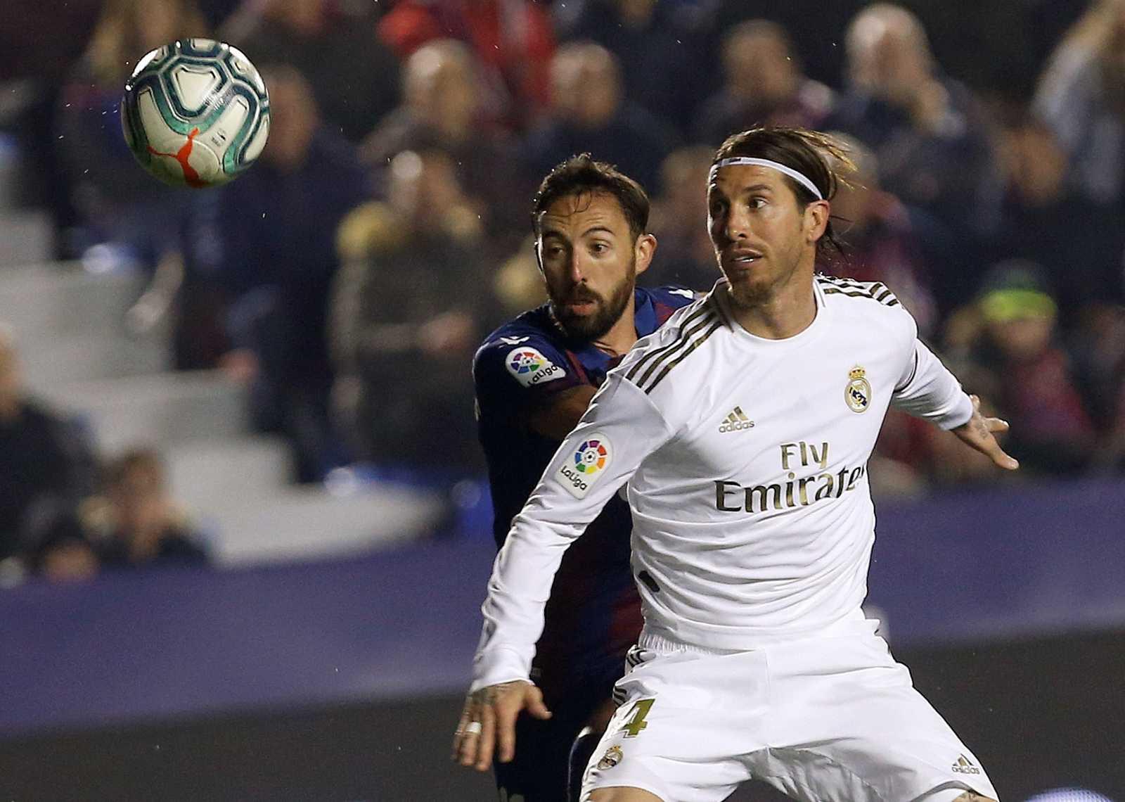 El defensa del Real Madrid Sergio Ramos (d) pelea un balón con José Luis Morales, del Levante, durante el partido de Liga del pasado febrero