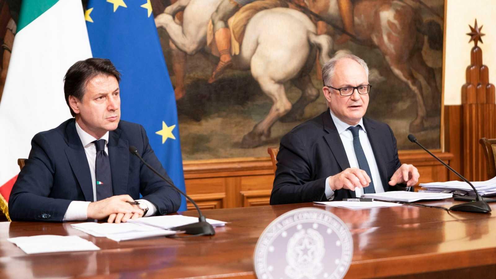 El primer ministro italiano, Giuseppe Conte, junto a su ministro de Economía Roberto Gualteri