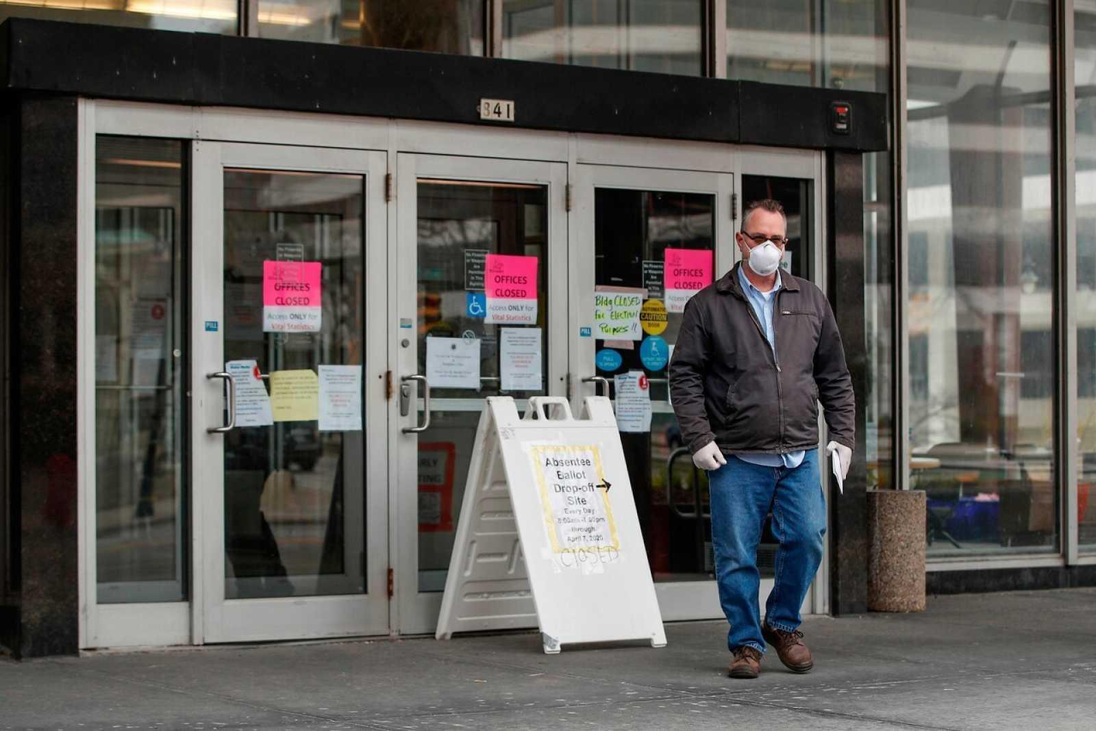 Un hombre abandona un edificio municipal tras no poder emitir su voto en Milwaukee, Wisconsin