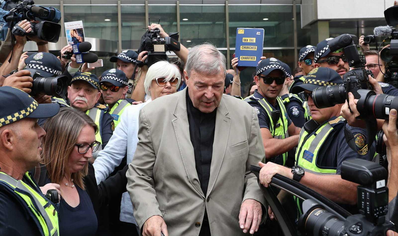 El cardenal Pell sale de los tirbunales de Melbourne en 2019