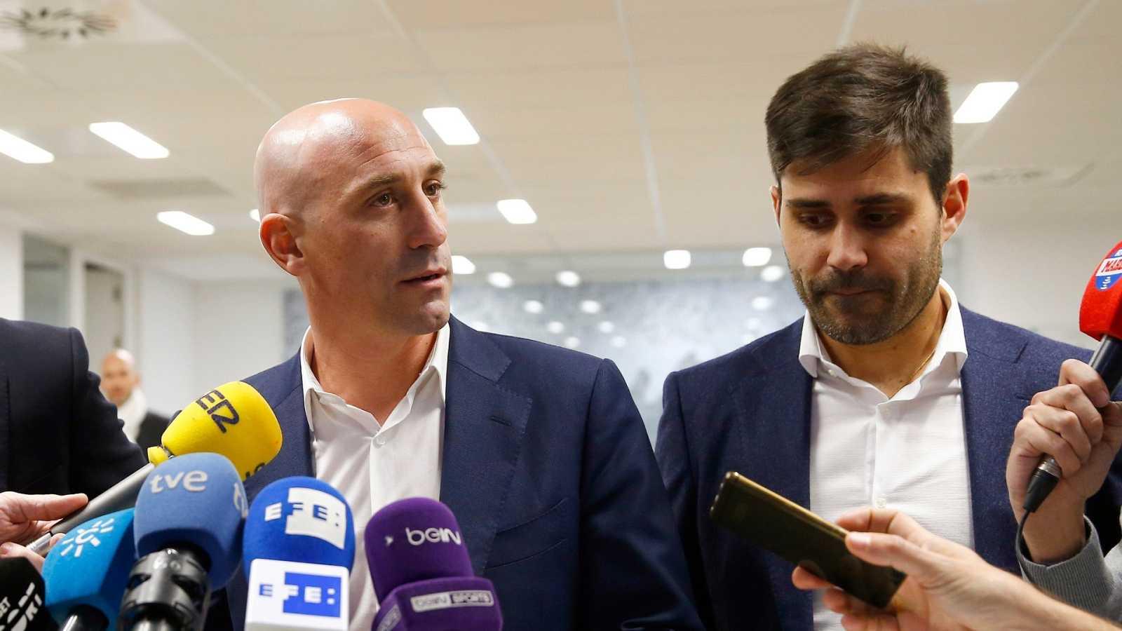 El presidente de la RFEF, Luis Rubiales (i) junto a su homónimo en la AFE, David Aganzo (d)