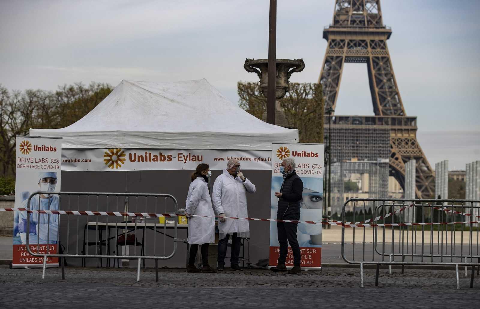 Personal sanitario en un puesto de test de coronavirus próximo a la torre Eiffel, en París