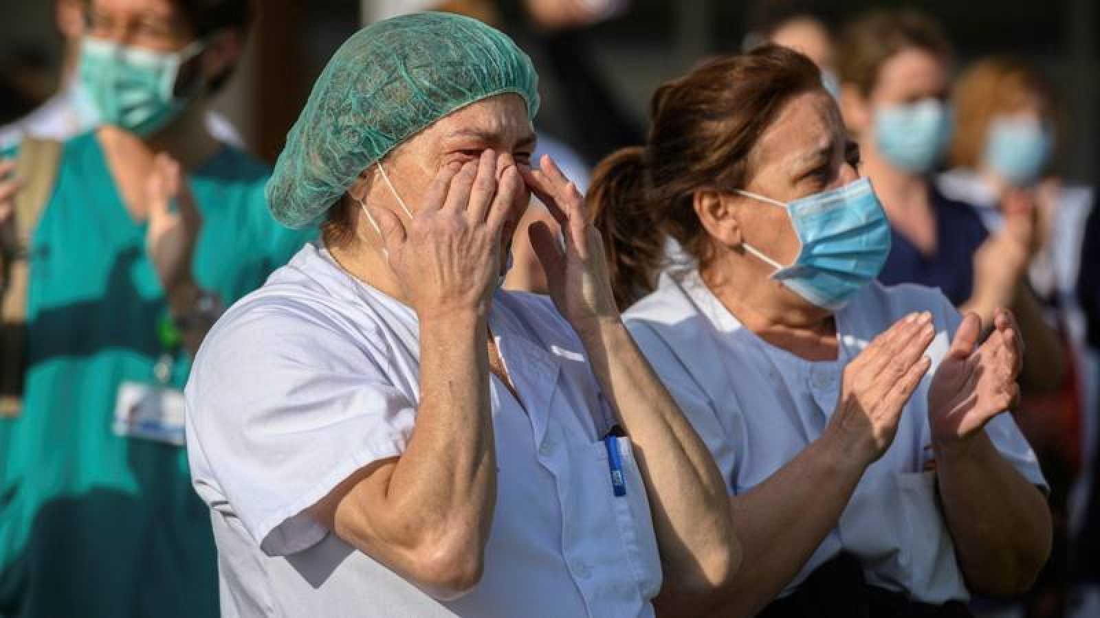 Una sanitaria se emociona durante un homenaje al personal del hospital de Alcalá de Henares