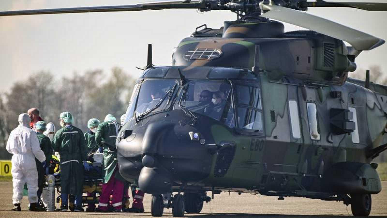 Un helicóptero militar traslada enfermos del coronavirus.