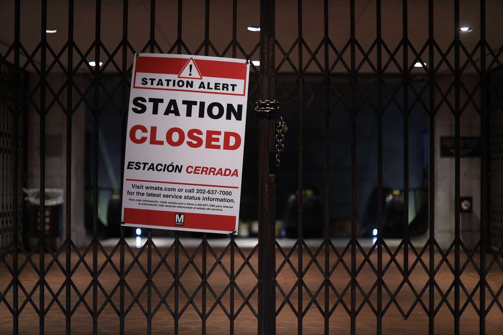 Cartel que indica que está cerrada una estación de metro de Washington por la COVID-19