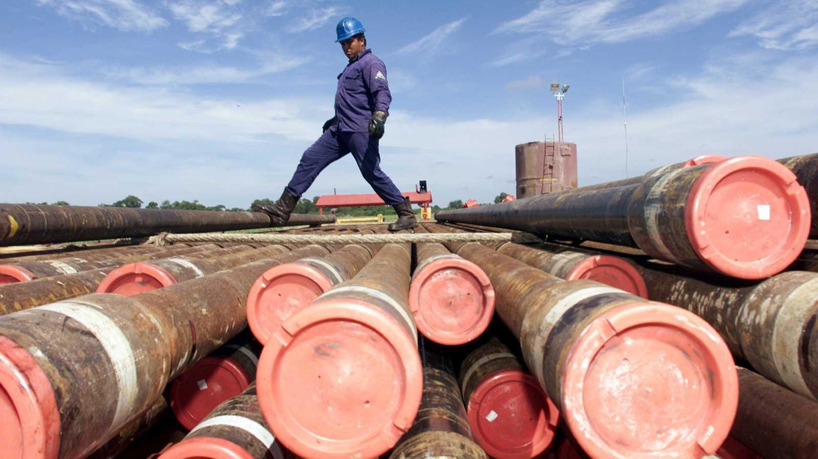 Un trabajador en instalaciones de la empresa de petróleos mexicanos PEMEX, en Tabasco