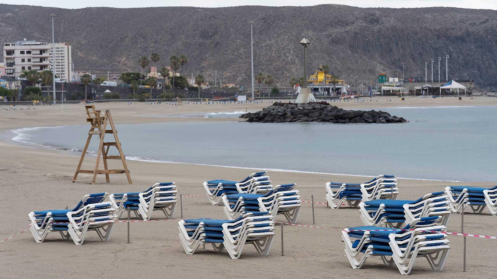 La playa de las Vistas en Los Cristianos (Tenerife), durante este Viernes Santo.