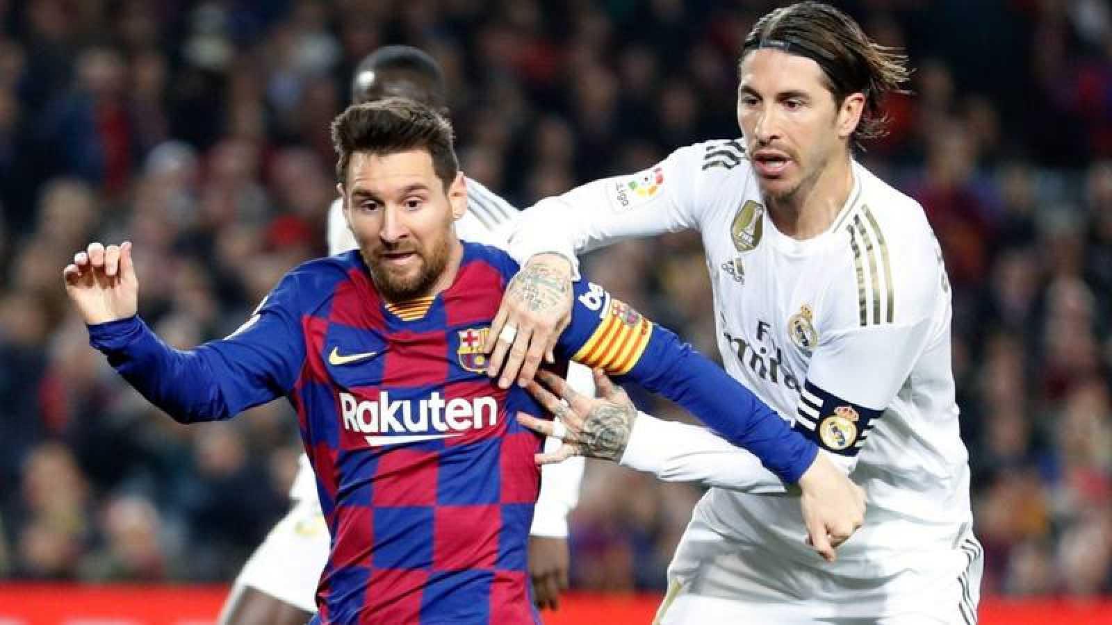 Leo Messi y Sergio Ramos disputan un balón durante el Clásico disputado el 19 de diciembre de 2019.