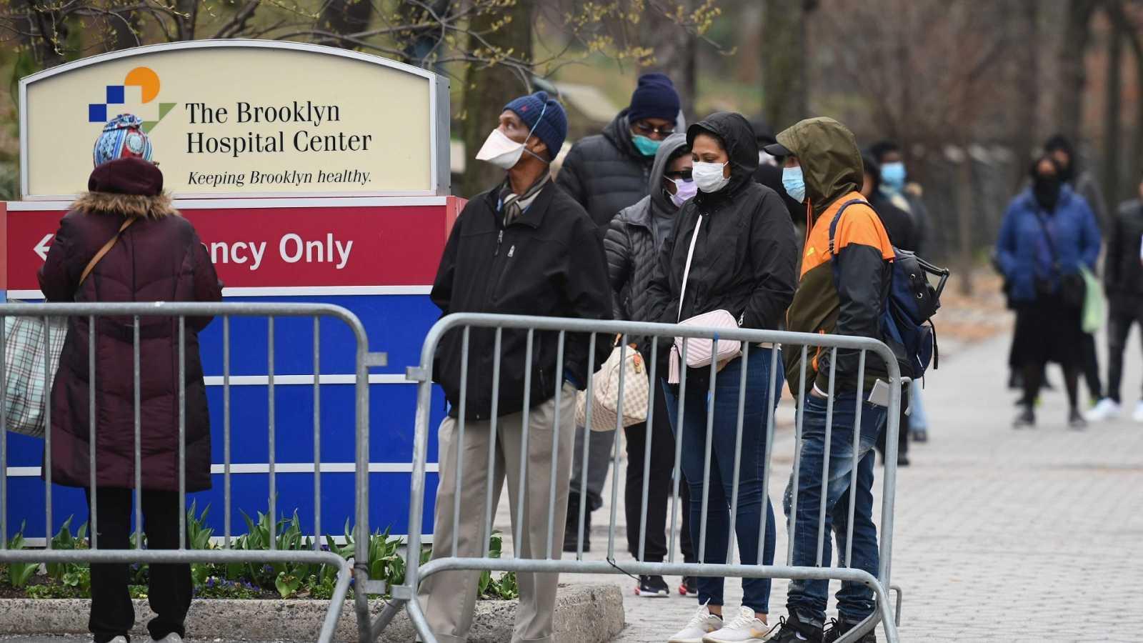Cola de afroamericanos con síntomas de Covid-19 para someterse a análisis en el Brooklyn Center Hospital de Nueva York