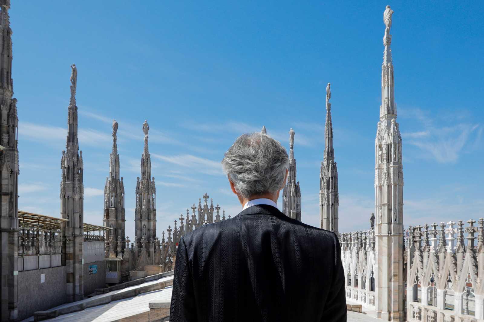 Andrea Bocelli canta desde el Duomo de Milán vacío en su concierto gratis y en redes sociales durante la pandemia del coronavirus
