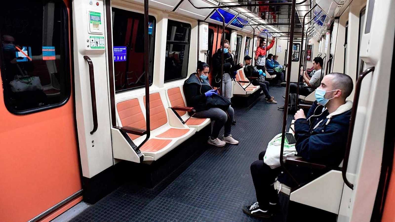 Un vagón del metro de madrid durante la jornada en la que se ha reanudado el trabajo en algunos sectores no esenciales. Ha habido poca ocupación.