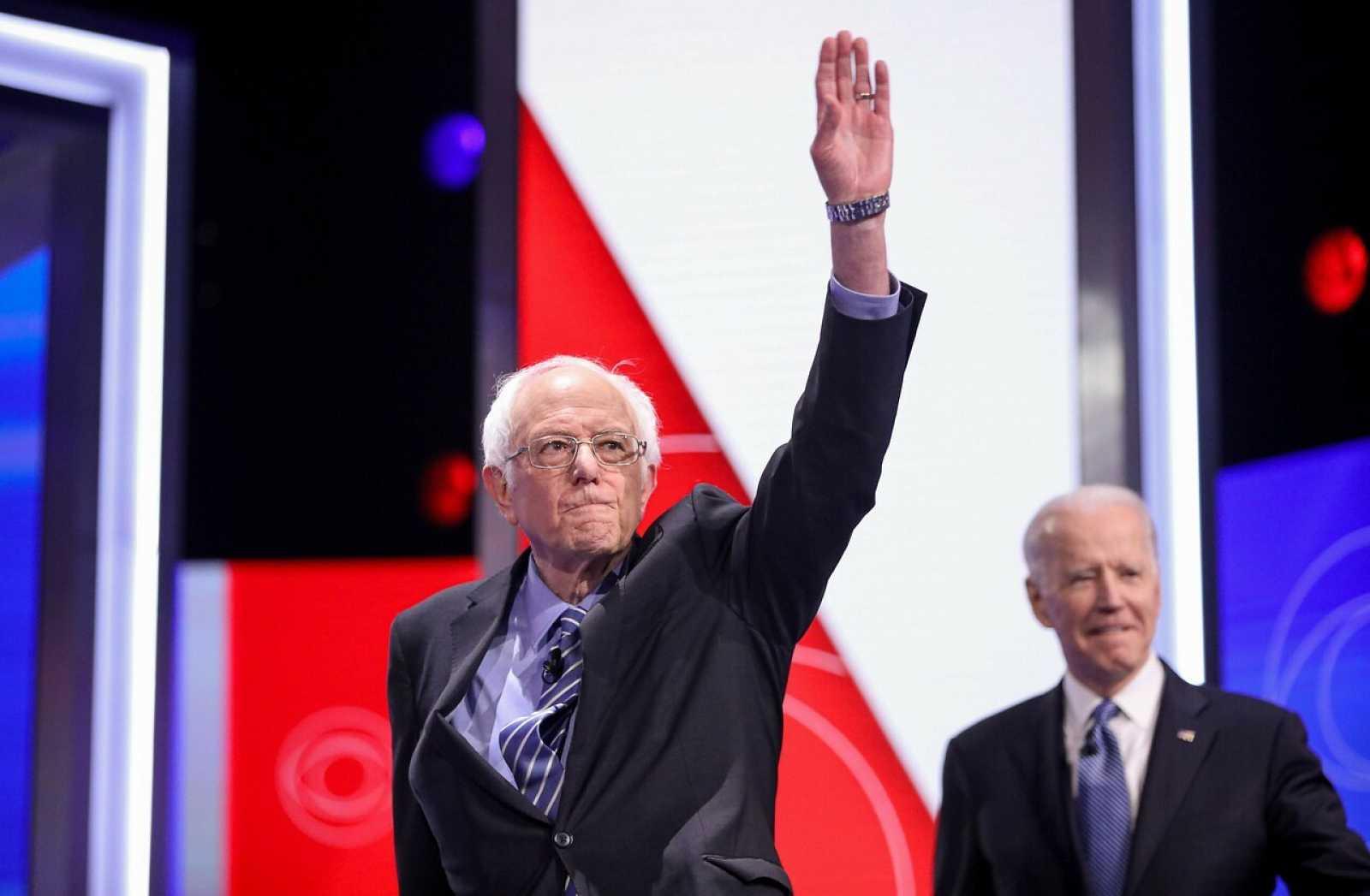 El senador Bernie Sanders (i) y el exvicepresidente Joe Biden (d)