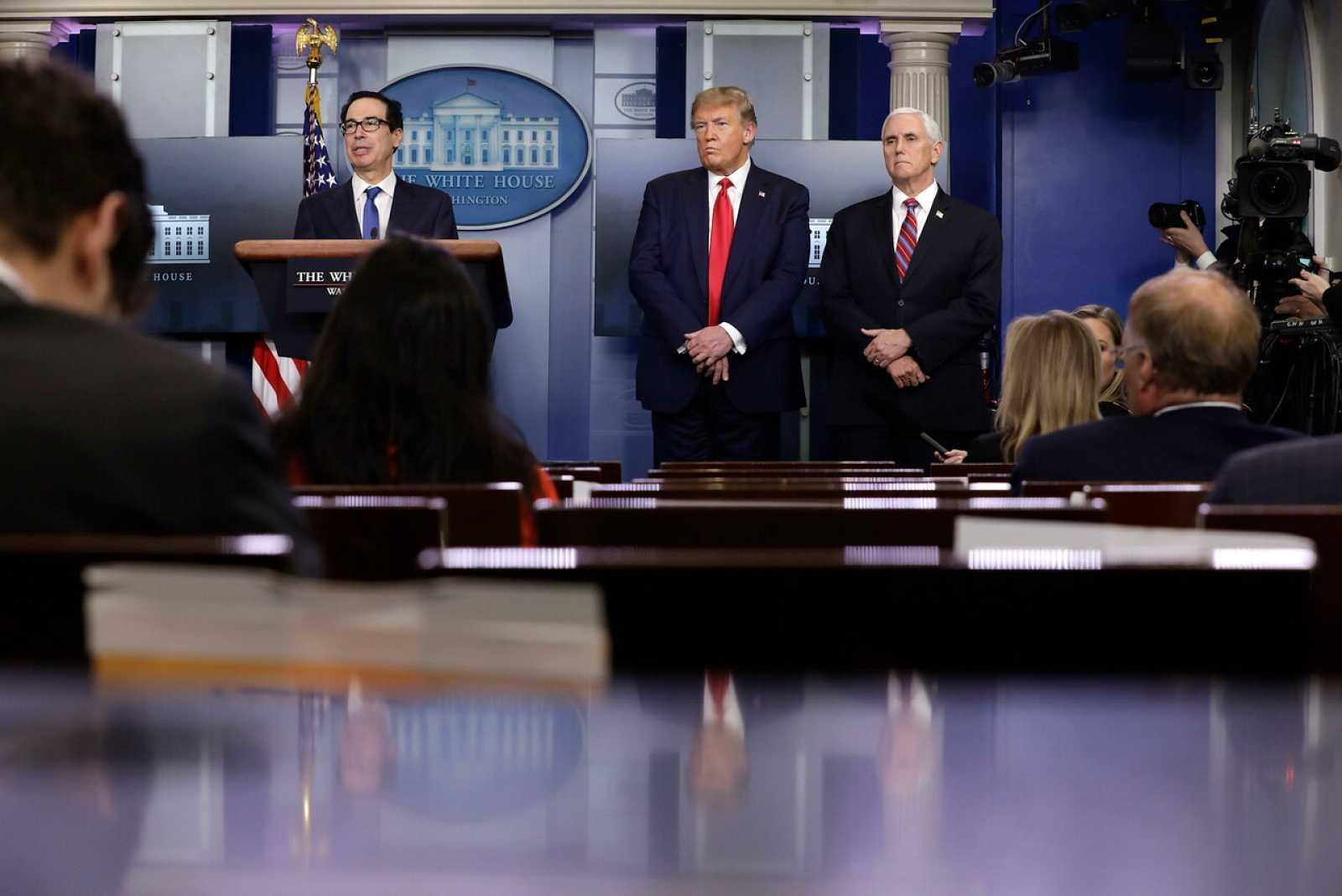 El Presidente Donald J. Trump (C),el Secretario del Tesoro Steve Mnuchin (I) y el Vicepresidente Mike Pence (D)