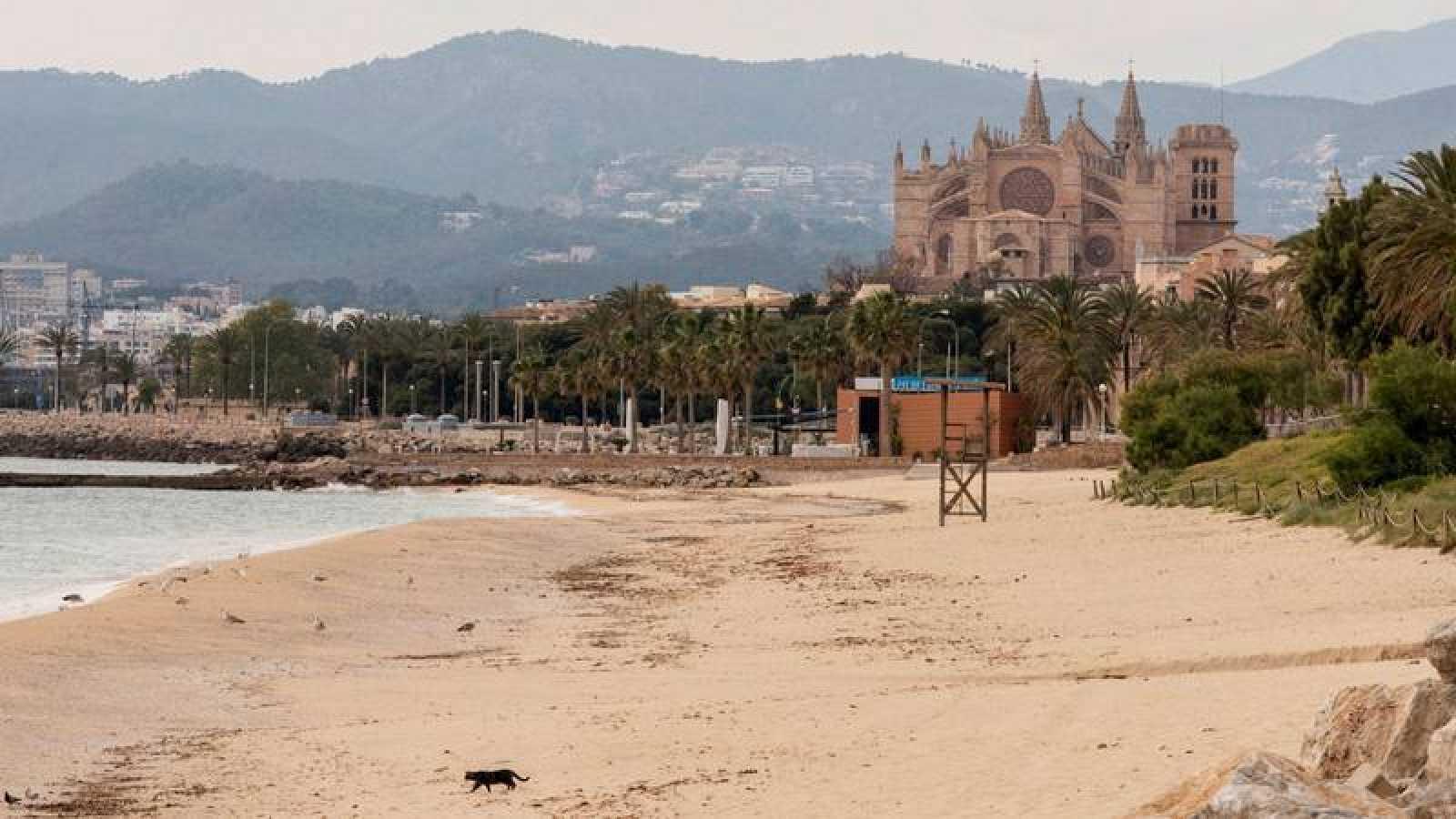 Playa de Can Pere Antoni, en Palma, cerrada a causa de la crisis sanitaria del coronavirus