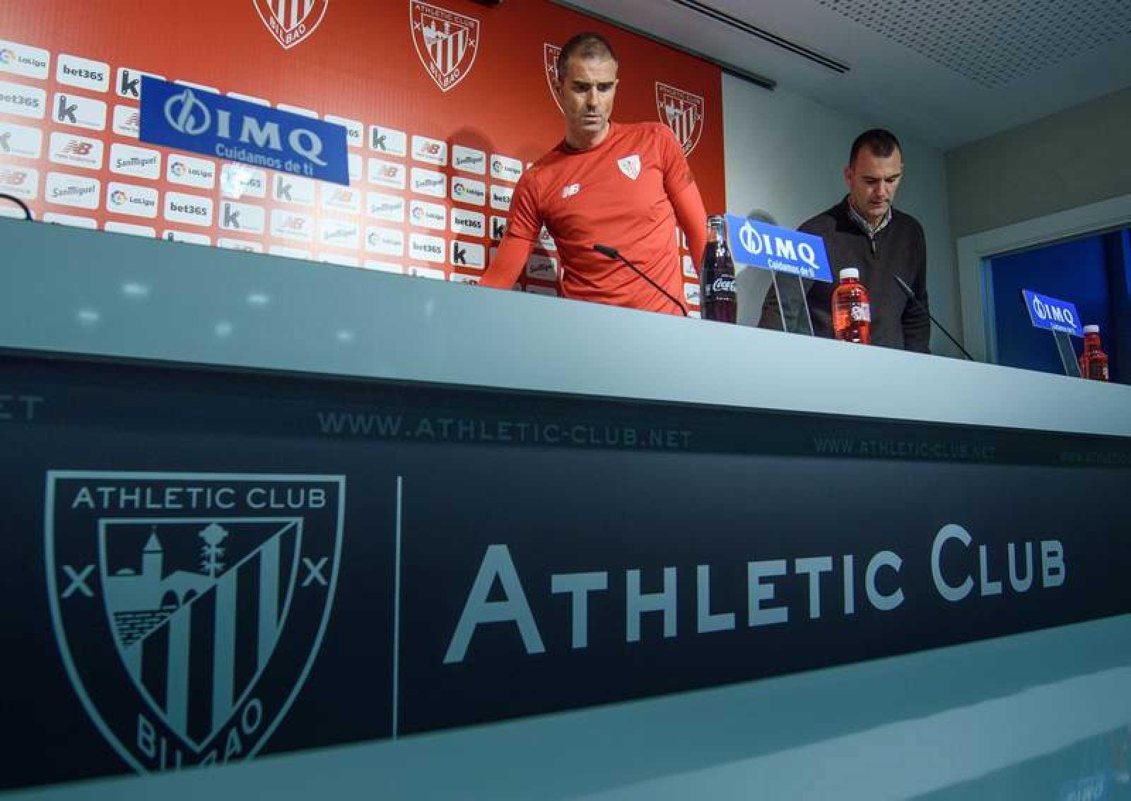 El entrenador del Athletic, Gaizka Garitano, se dispone a comparecer en la sala de prensa del Athletic