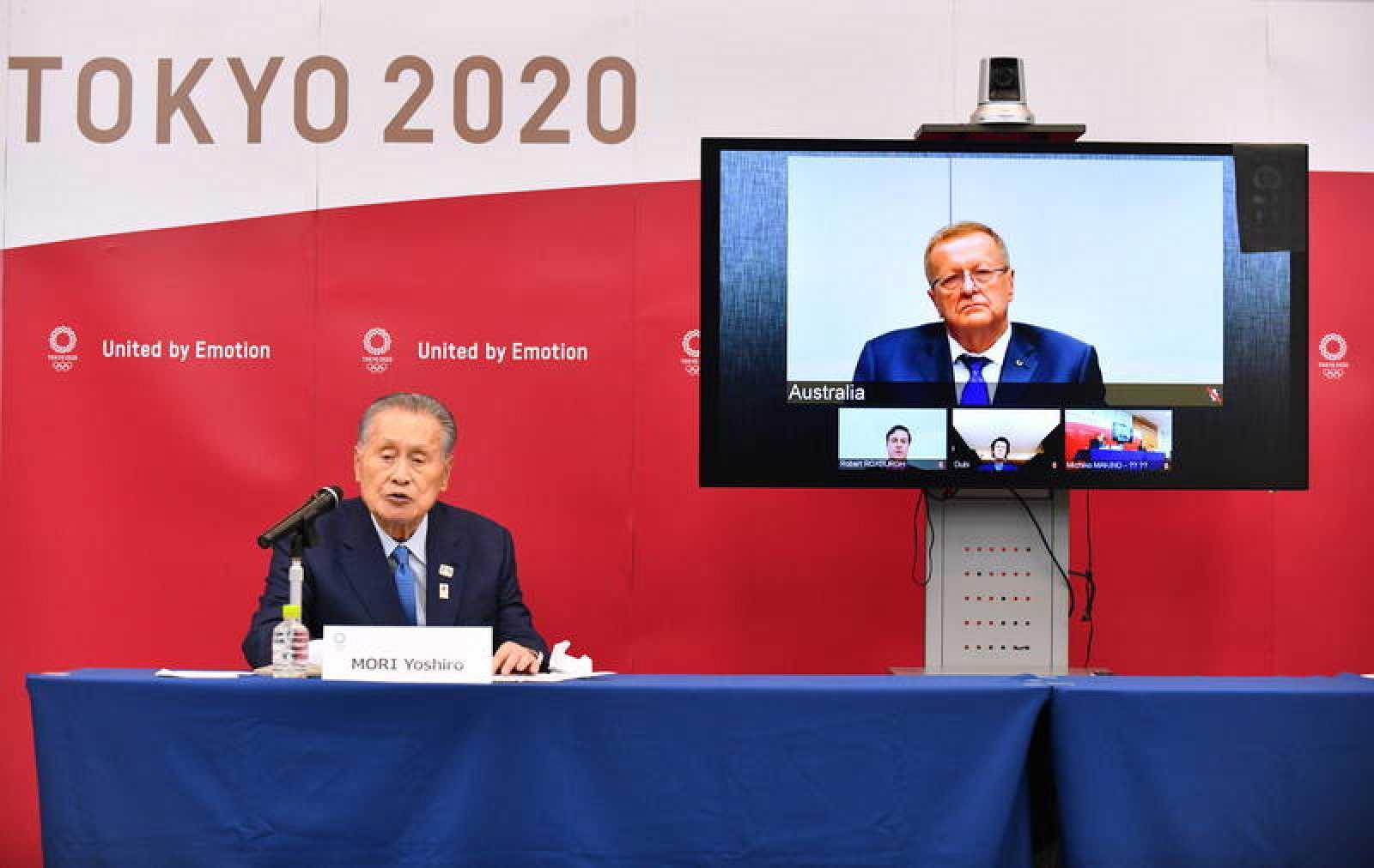 El presidente del comité organizador de Tokio 2020, Yoshiro Mori (i) en una coparecencia de prensa en la que el directivo del COI John Coates interviene por videoconferencia