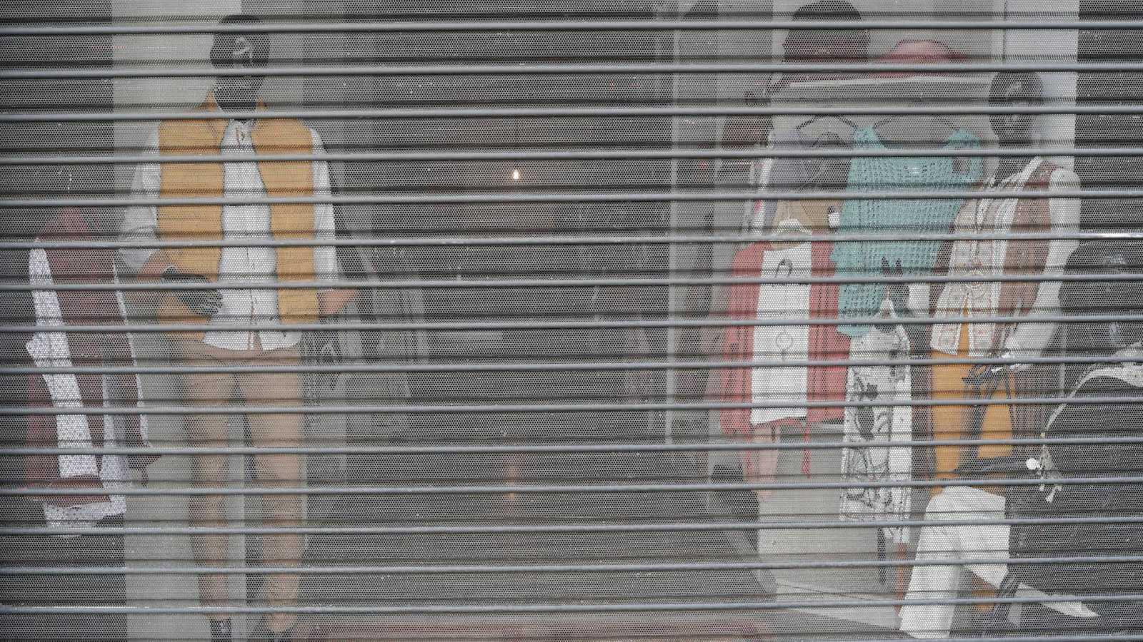 Exterior de un establecimiento de moda cerrado a raíz del decreto del estado de alarma