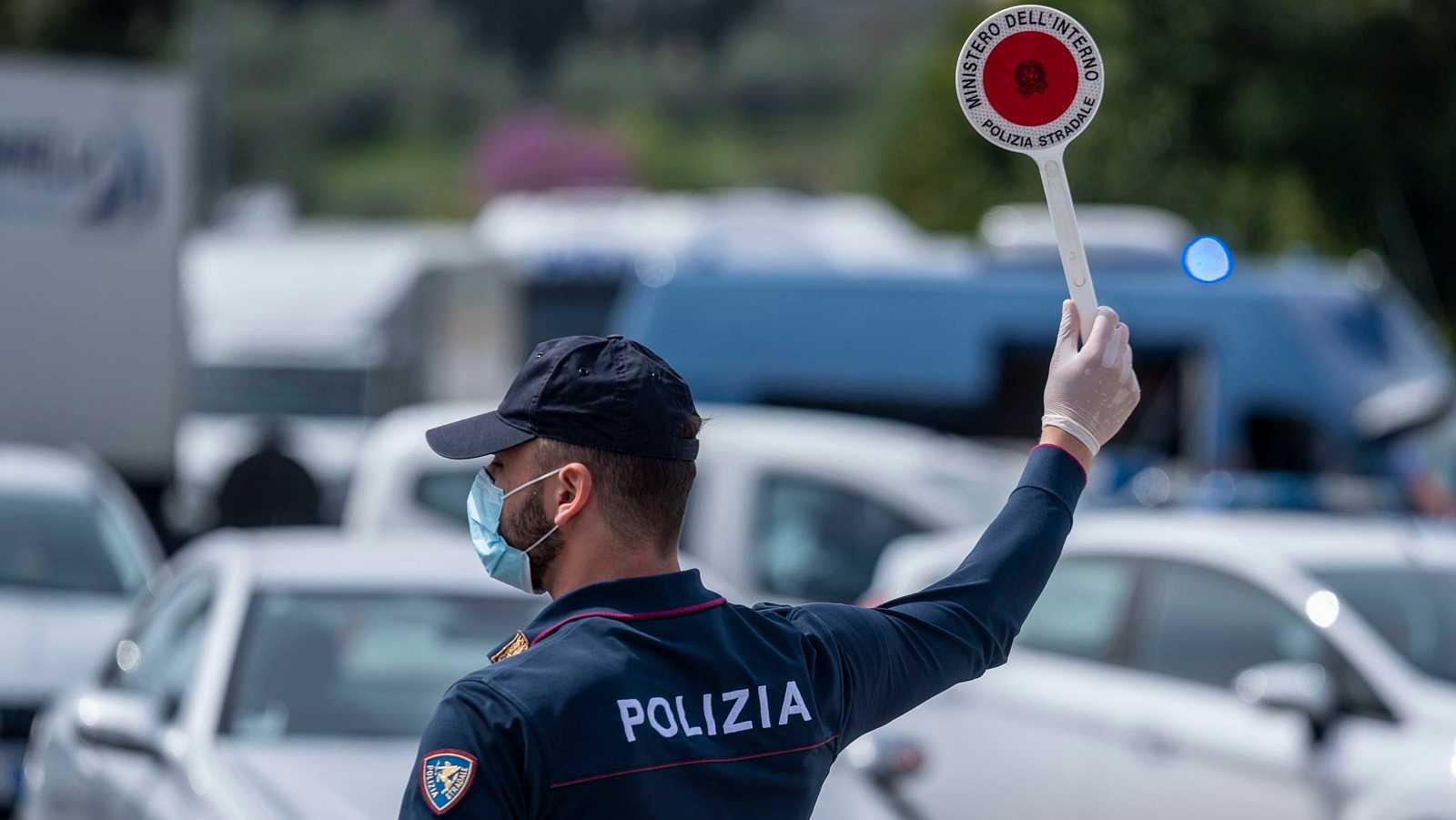 Coronavirus en Italia: Un agente organiza un desvío de tráfico en Florencia.