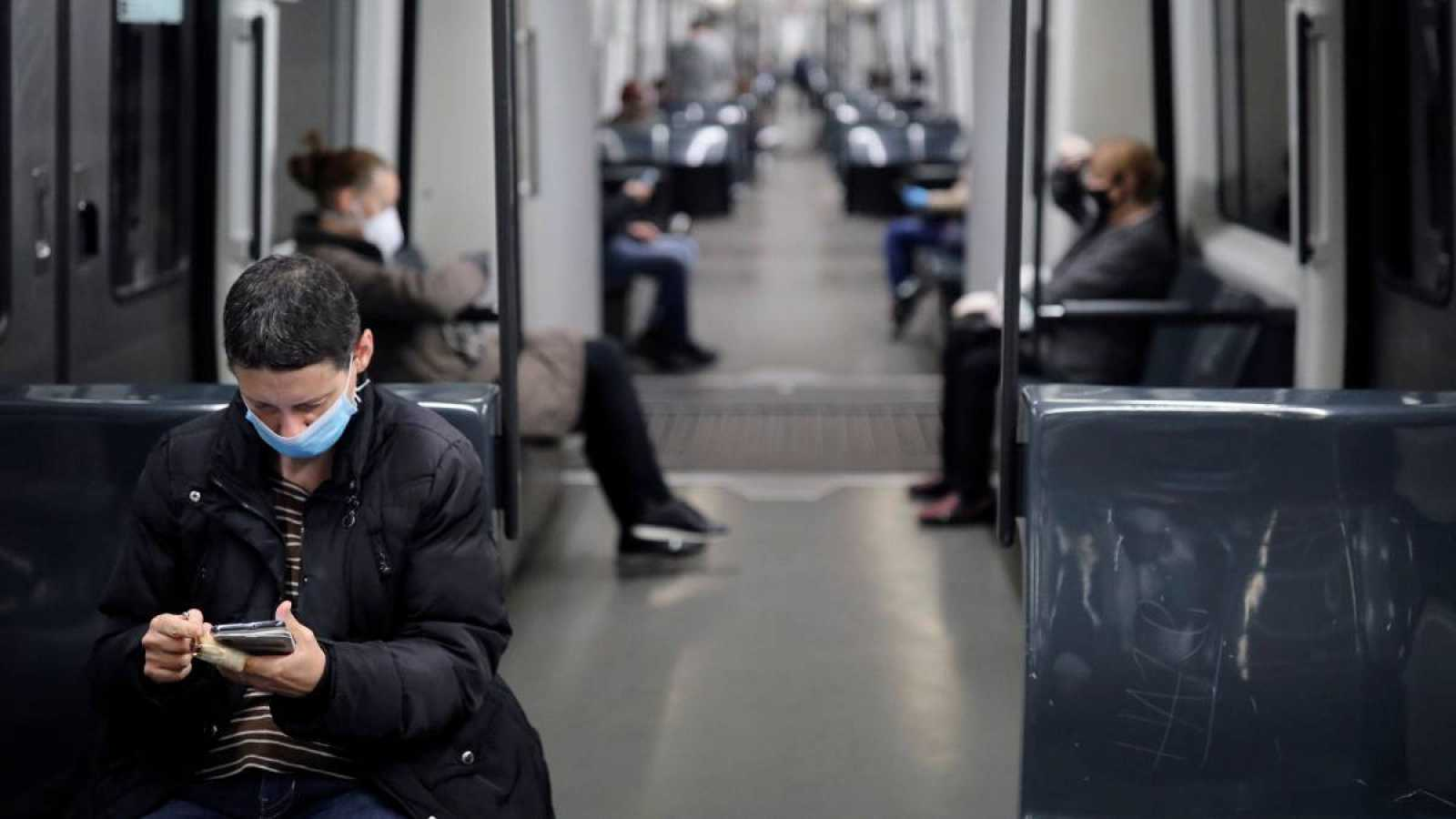 Un vagón del metro de Barcelona, semivacío durante un día laborable en pleno estado de alarma