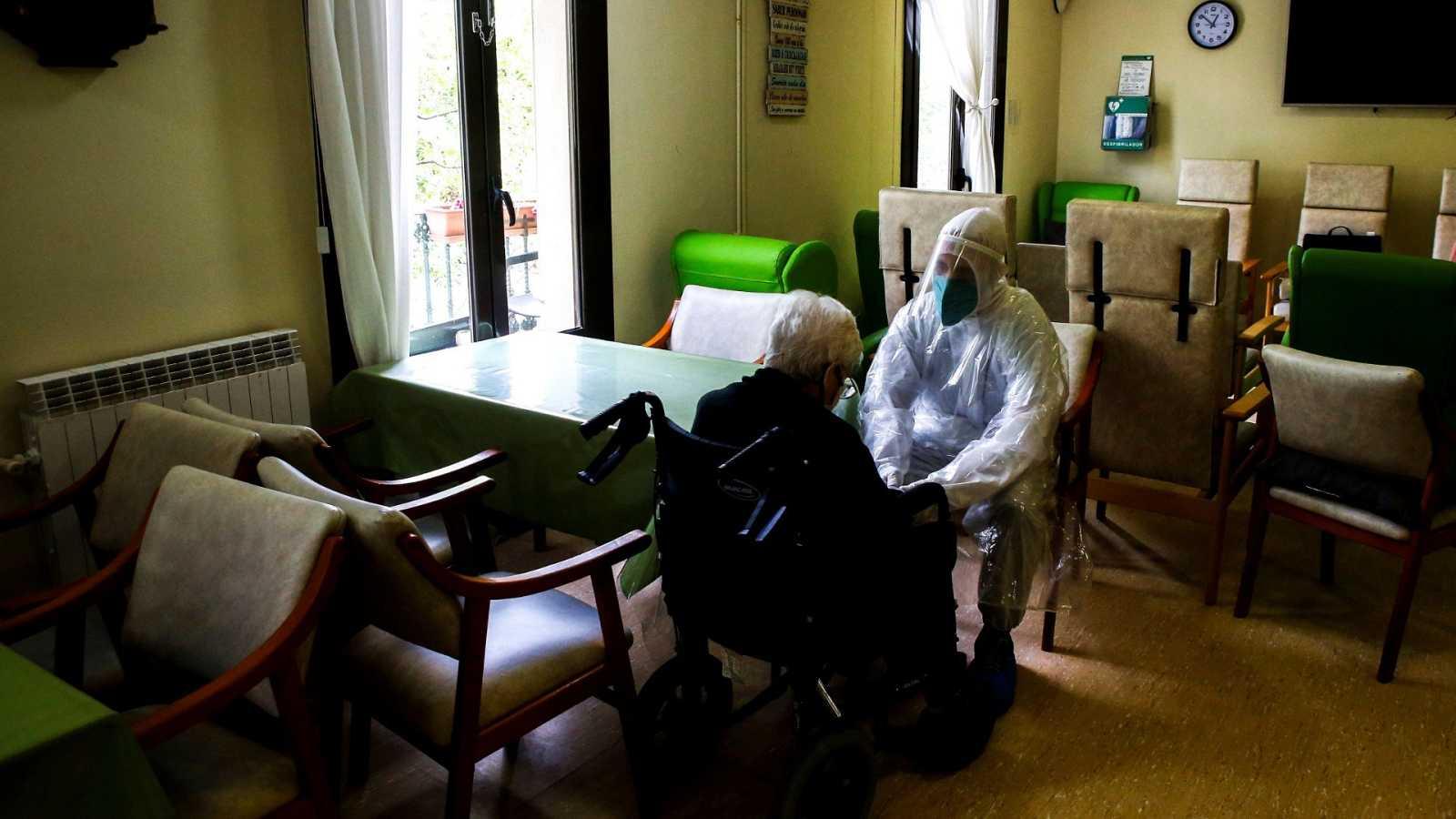 Imagen de voluntarios en una residencia de Barcelona.