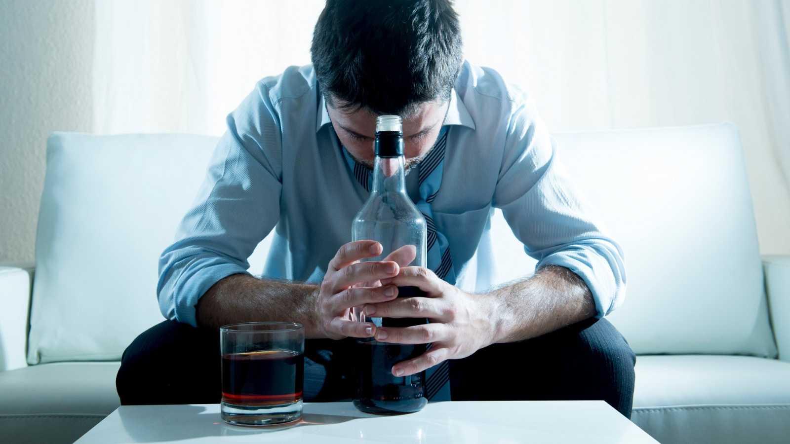 Los expertos consideran que habrá nuevos adictos al alcohol y que quienes se encuentran en rehabilitación tienen más riesgo de recaer.