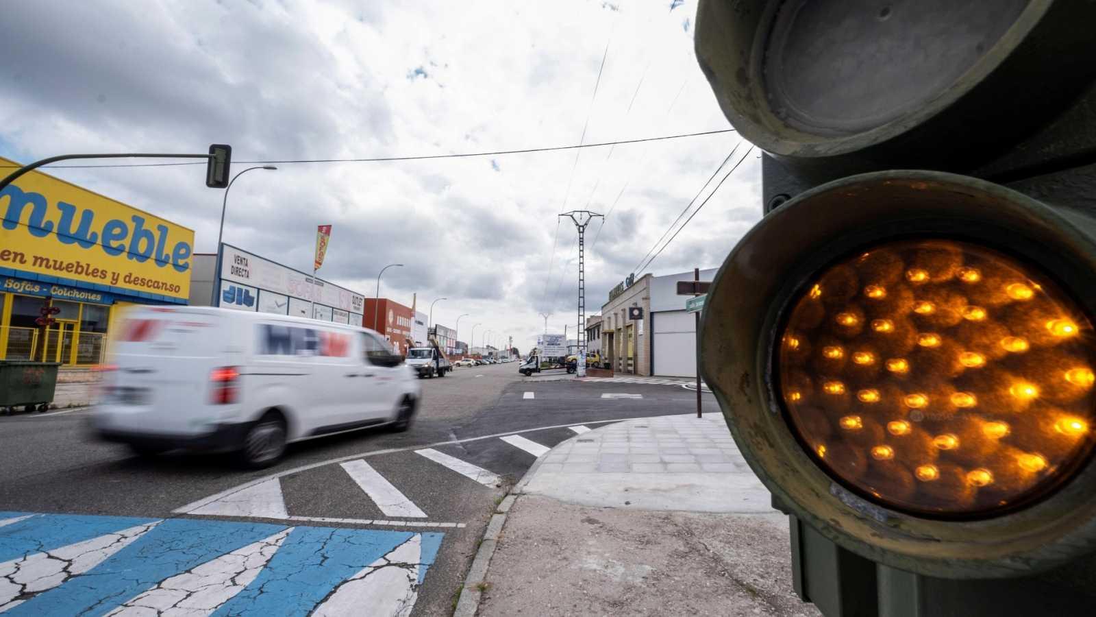 Una furgoneta de reparto cruza las calles de Toledo este martes tras la reanudación de las actividades no esenciales