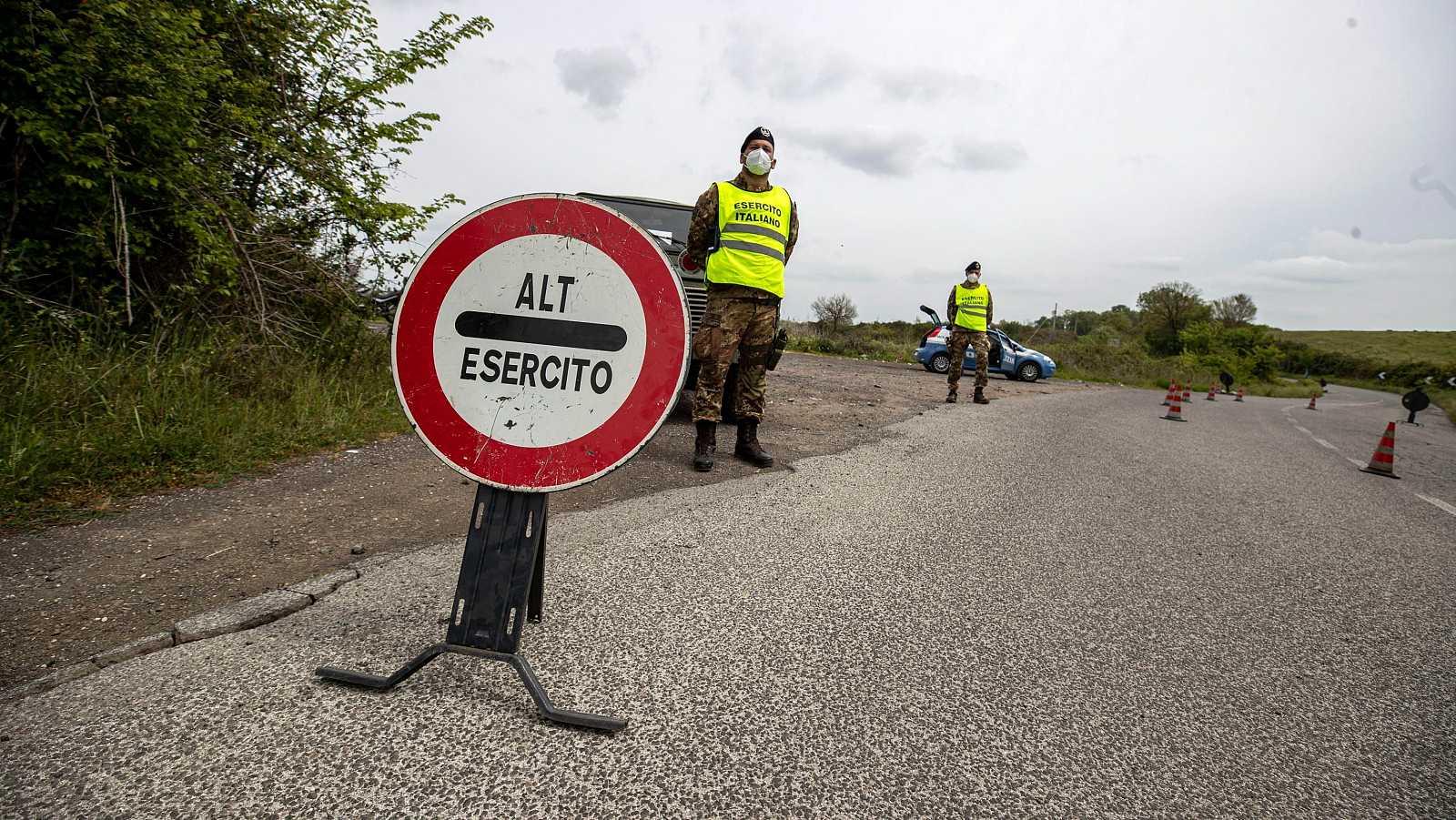 Coronavirus en Italia: Soldados italianos bloquean el acceso por carretera a Campagnao di Roma, pequeño municipio cerca de la capital italiana.