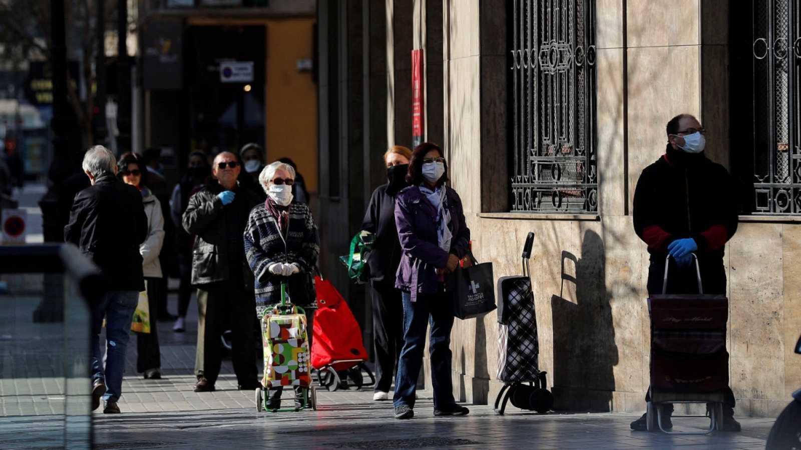 Colas a la entrada de los supermercados debido a las medidas de seguridad implantadas por el coronavirus