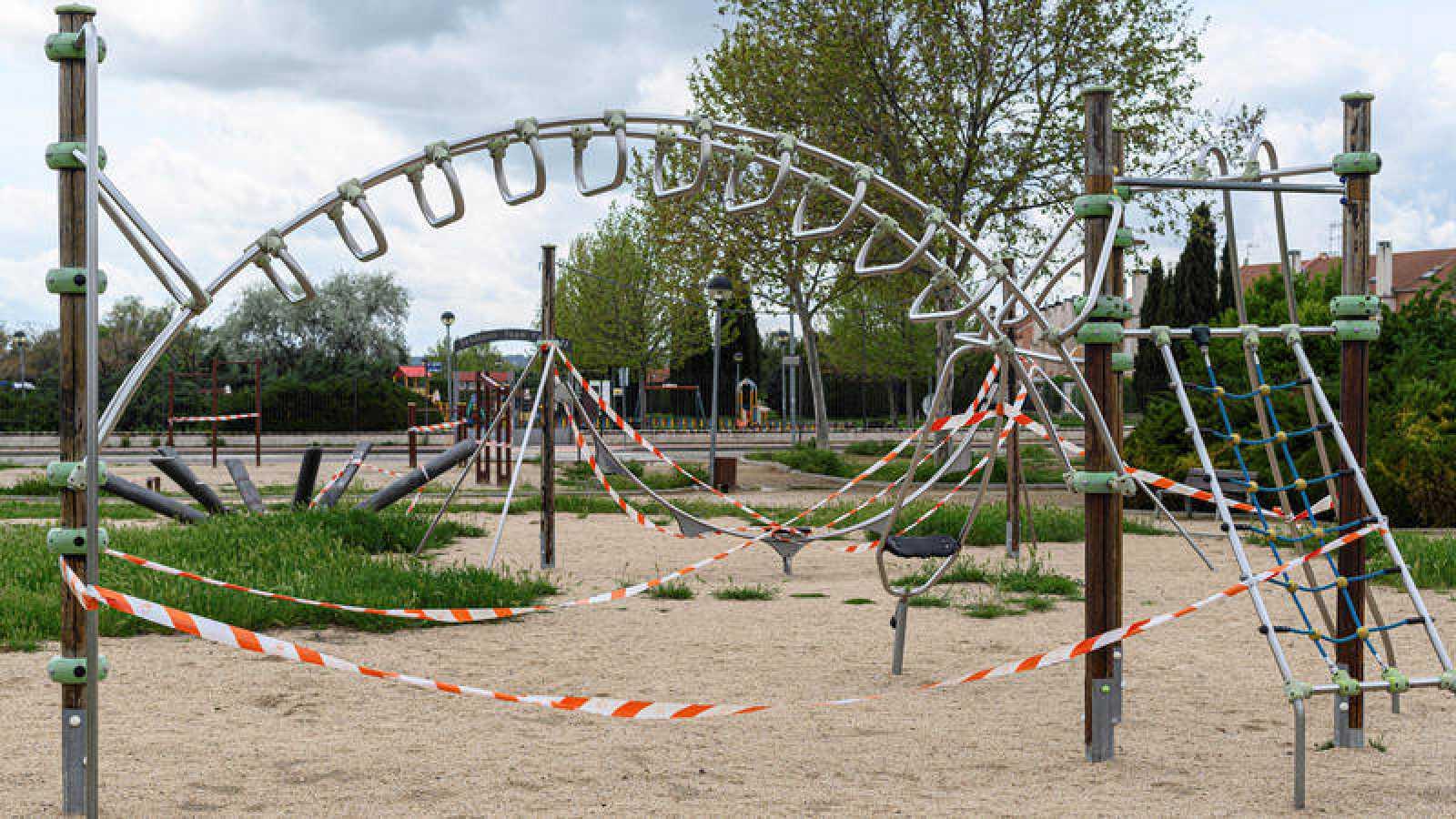 Imagen de un parque infantil precintado