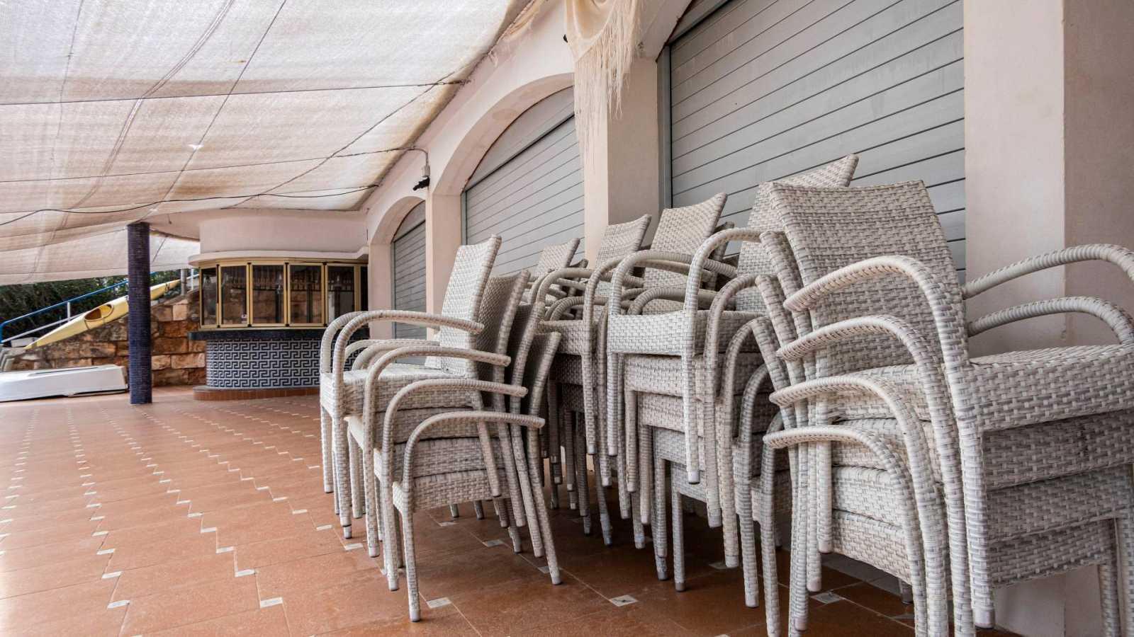 Vista de un restaurante cerrado en Cala Mandia, Mallorca, debido a las medidas de confinamiento decretadas para frenar la expansión del coronavirus