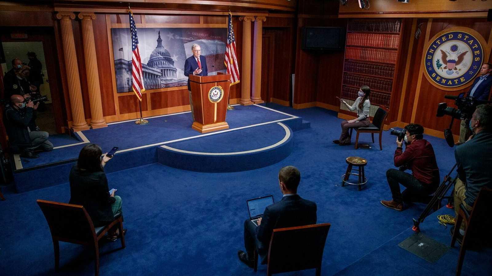 El Líder de la Mayoría del Senado Mitch McConnell responde a los periodistas tras la aprobación del presupuesto