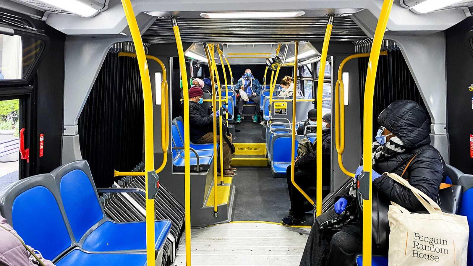 Pasajeros tratan de mantener la distancia de seguridad en el metro de Nueva York