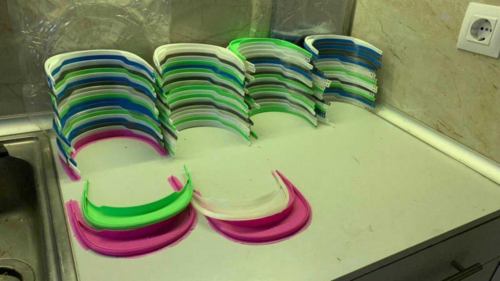 Así quedan las viseras fabricadas con las impresoras 3D