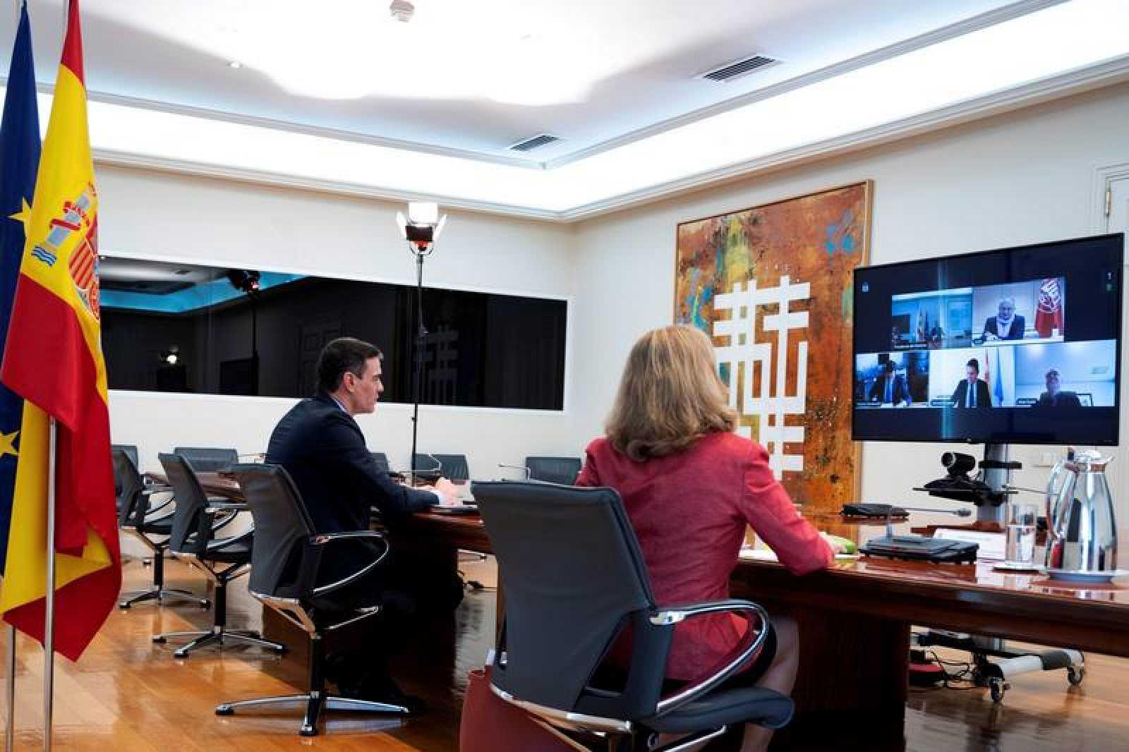 Pedro Sánchez y la ministra de Economía, Nadia Calviño, se reúnen con la mesa de diálogo social