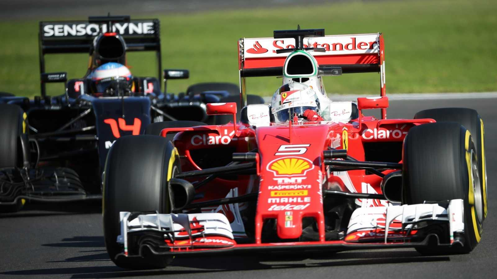 El alemán Sebastian Vettel, de Ferrari, (d) y el español Fernando Alonso, de McLaren, (i),