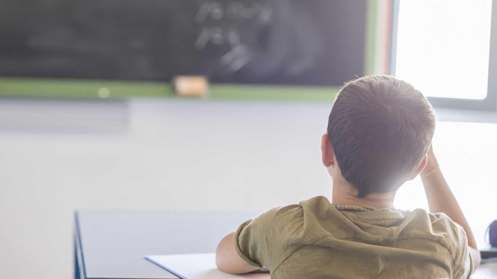 Un alumno atiende en clase