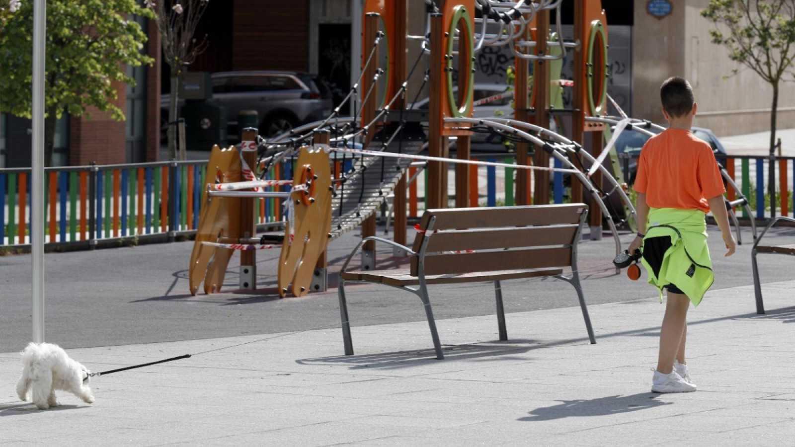 Un niño pasea con su perro en Bilbao