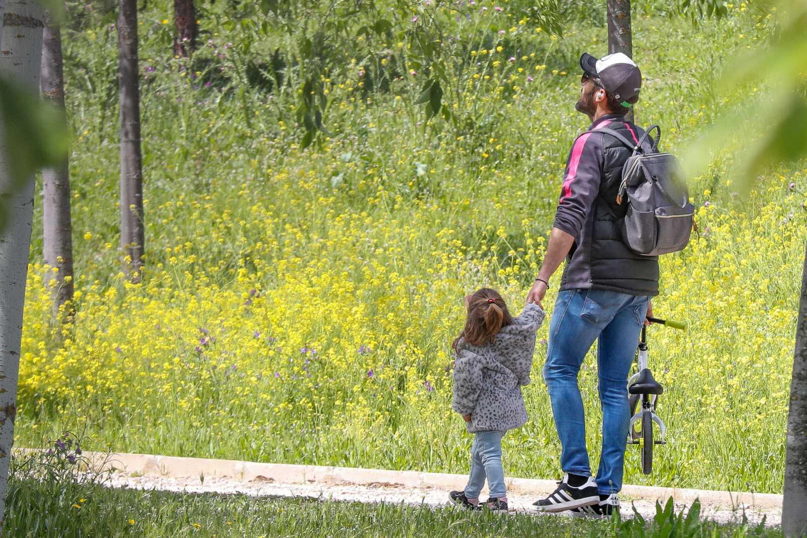 Roberto Leal pasea con su hija en el primer día en el que está permitido que los niños salgan a la calle tras el confinamiento por coronavirus