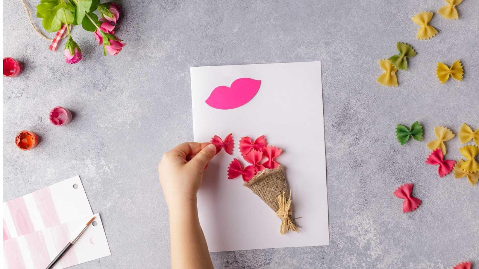 Fabrica tus propias tarjetas, flores y regalos para el 3 de mayo