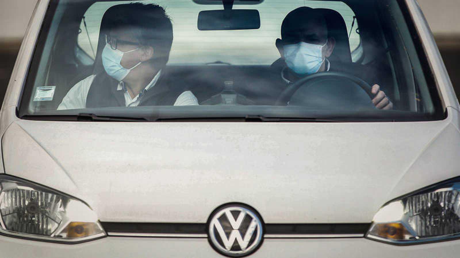 Trabajadores de Volkswagen con mascarilla