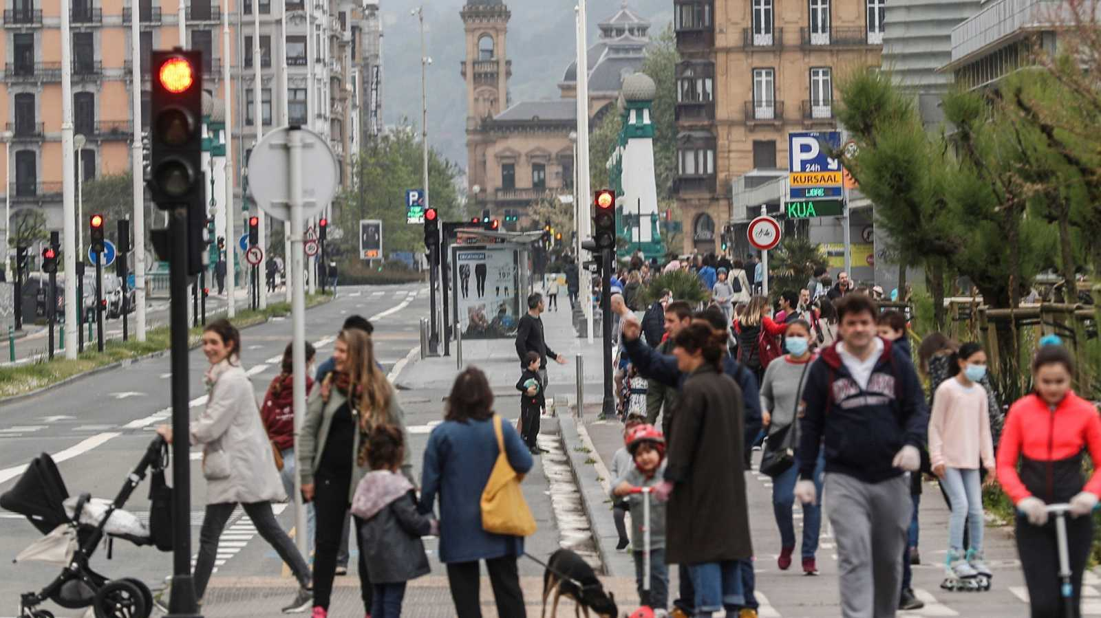 Vista del paseo de la Zurriola de San Sebastián este domingo, durante el primer día en el que los menores de 14 años salen a la calle, acompañados de un adulto y durante una hora, después de más de cuarenta días de confinamiento