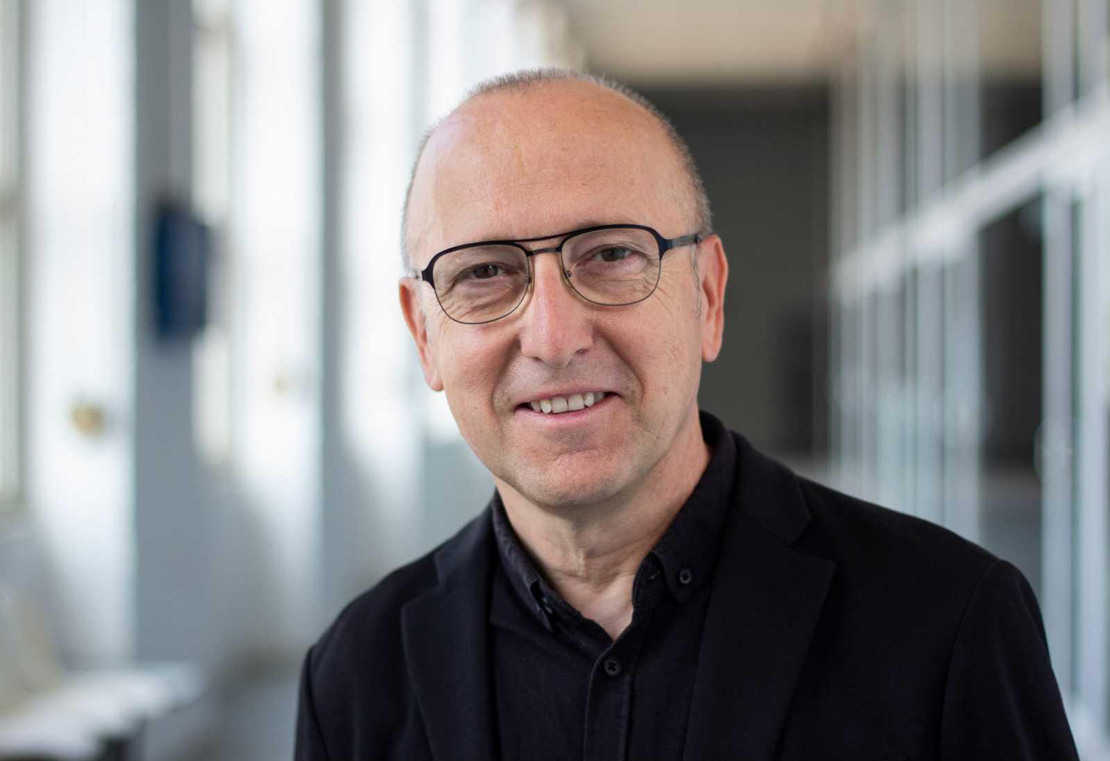 Óscar López dirige y presenta 'Página Dos'