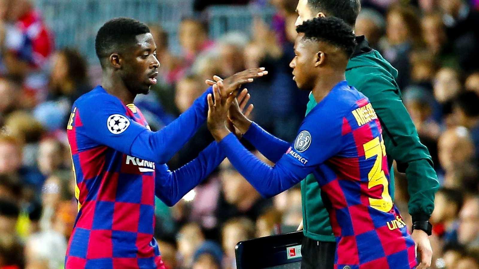 El jugador del FC Barceona, Ousmane Dembélé (i) es sustituido por Ansu Fati (d)