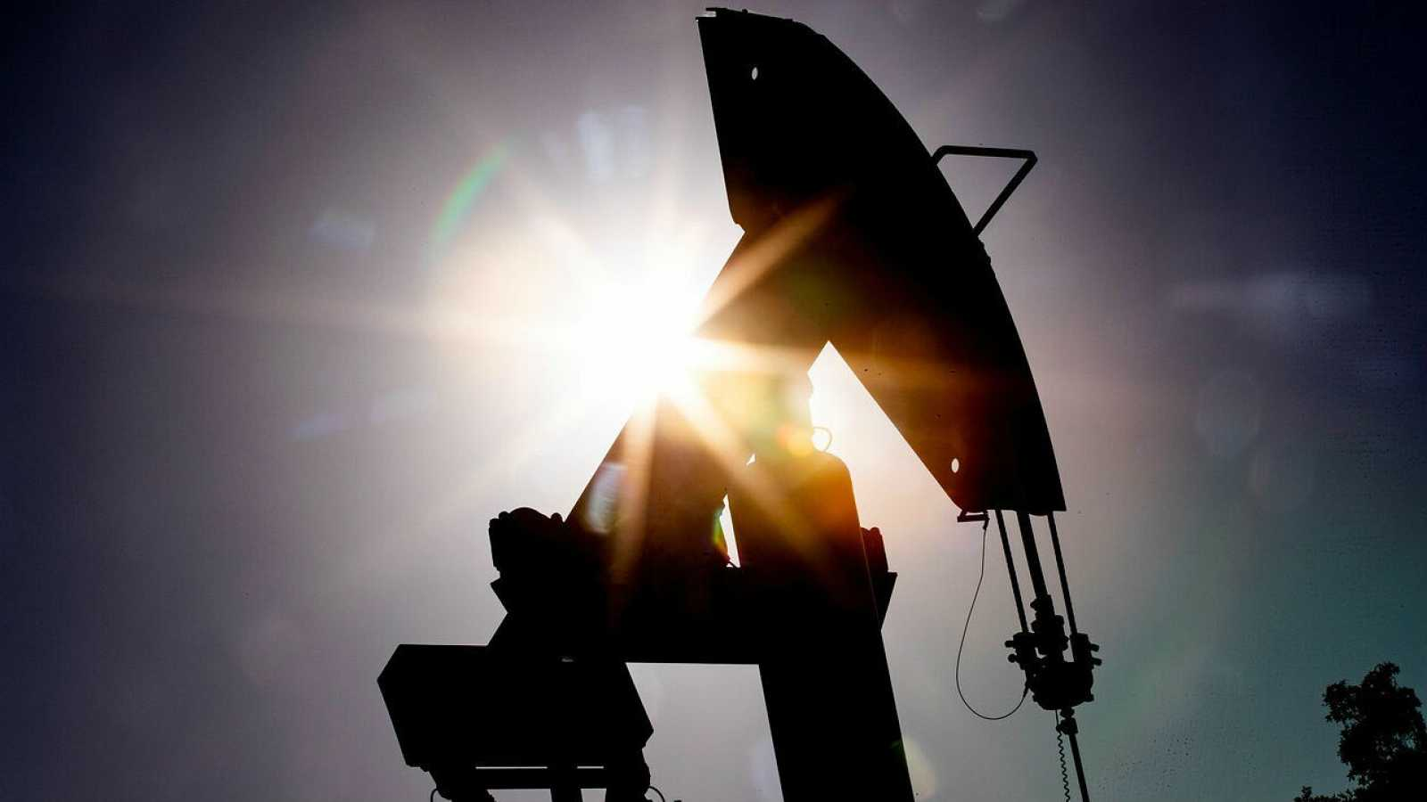 Detalle de una bomba de varilla de una planta petrolífera en Signal Hill, California, EE. UU.
