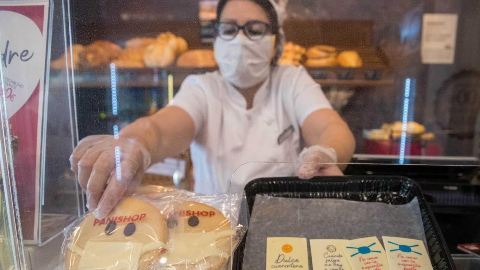 La dependienta de una pastelería-panadería detrás del mostrador en Zaragoza