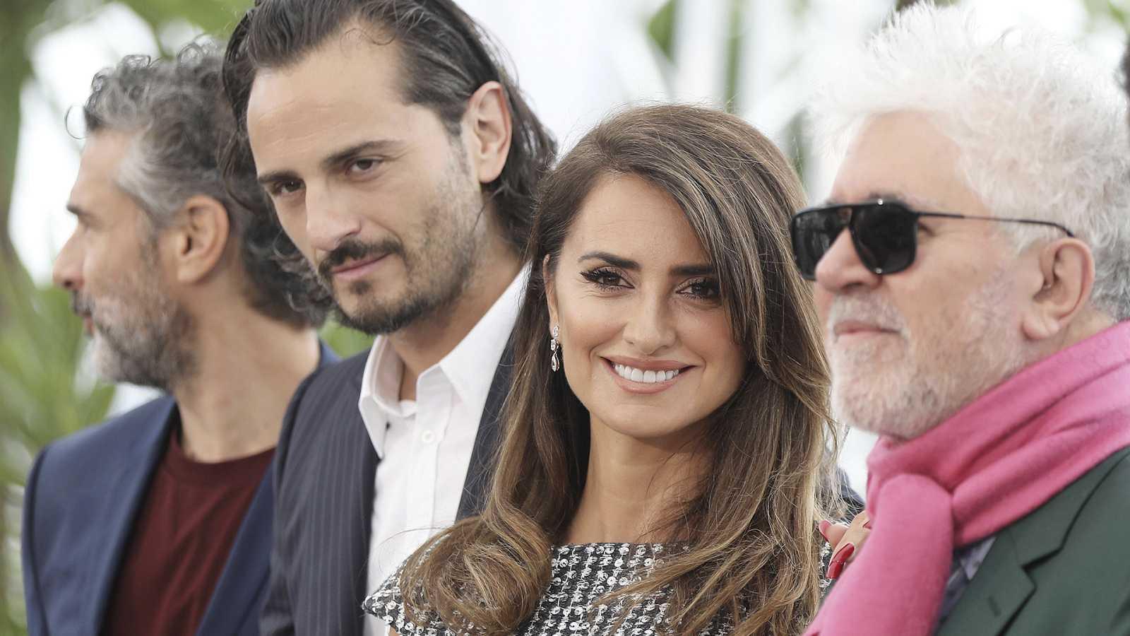 Asier Etxeandia junto a Penélope Cruz en el Festival de Cannes