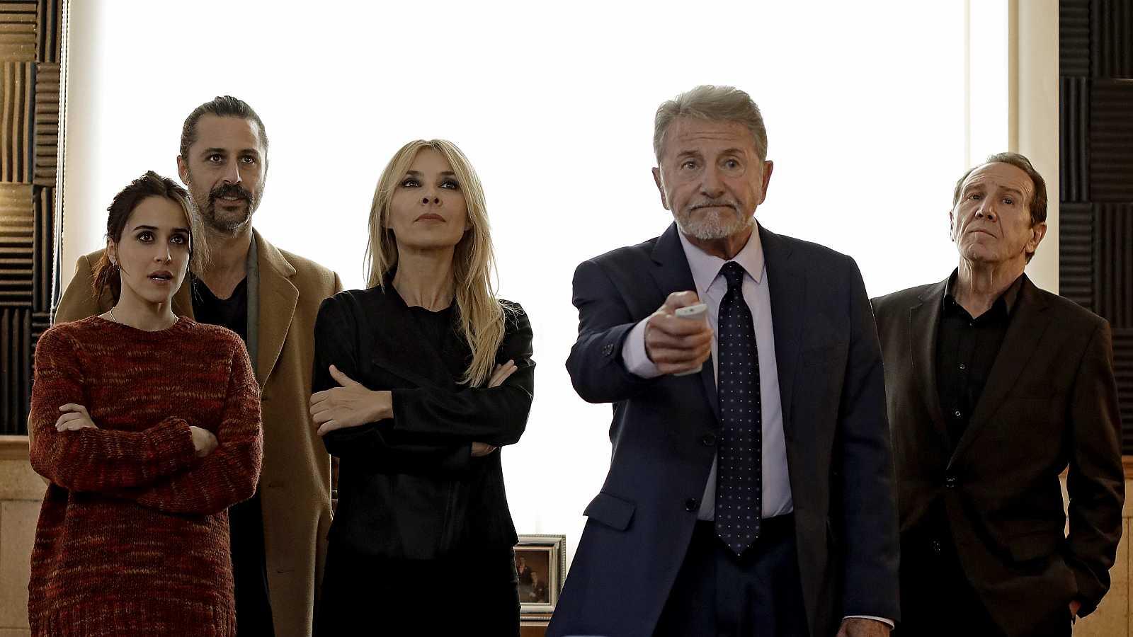 Los actores de El Ministerio del Tiemo durante el primer capítulo de la cuarta temporada